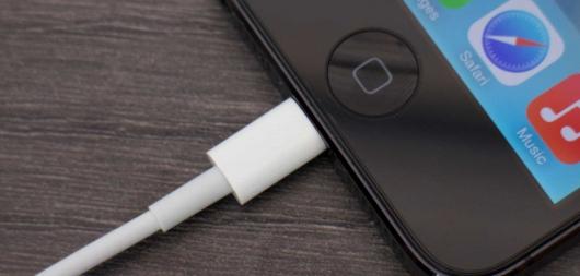 Заряжать смартфон в авто опасно