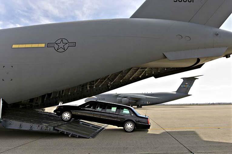 У лимузина есть свой собственный самолет. Секретная служба президента США использует для перевозки лимузина транспортный самолет С-17 Globemaster