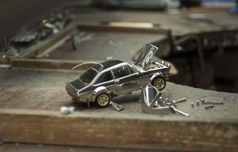 Масштабная модель автомобиля из золота, серебра, платины, бриллиантов, сапфиров и рубинов