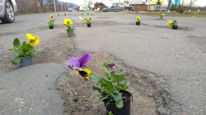 Смех и грех: возмущенные водители устроили Порошенко «дорогу цветов»