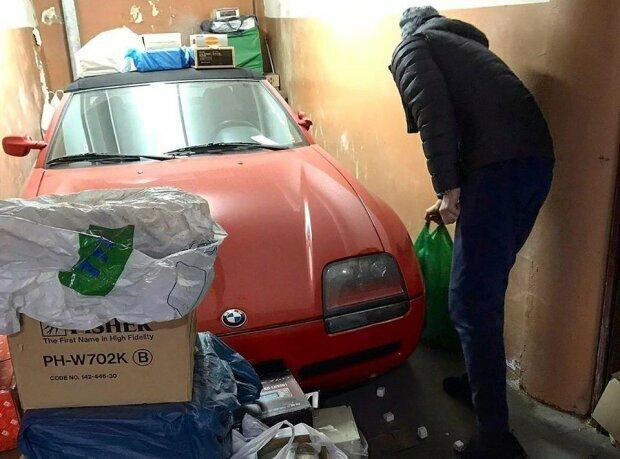 В Украине в заброшенном гараже нашли редчайший дорогой автомобиль